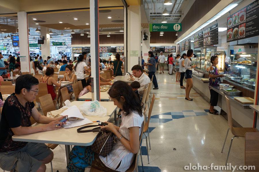 Фудкорт в Market Village