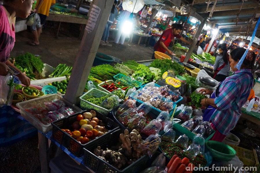 Типичный овощной лоток на базаре Таиланда - овощи и зелень круглый год стоят копейки