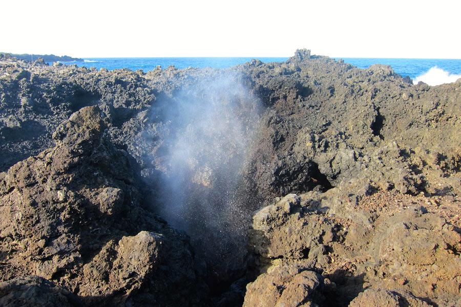 Blow holes - дыры в лаве на берегу океана, из которых каждые несколько минут вырывается струя морской воды