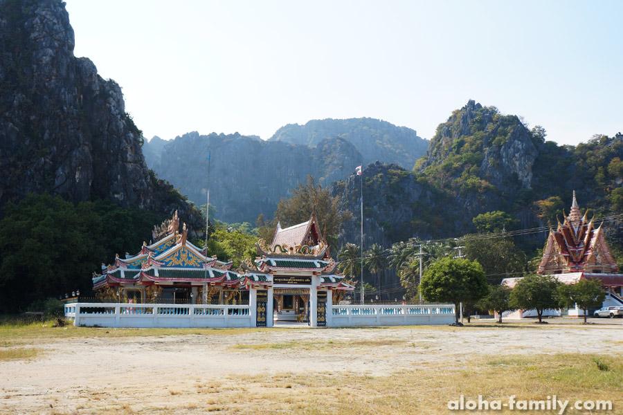 Храмы в Sam Roi Yot, возле канала и проката лодок