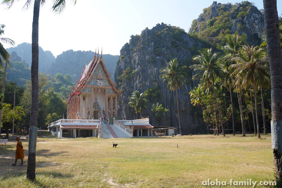 Храм Khao Daeng издали
