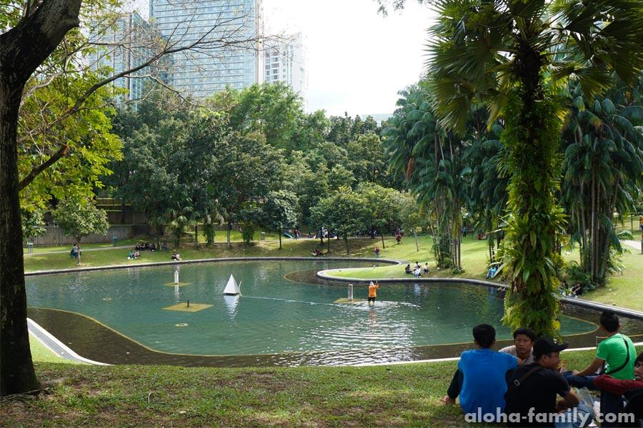 Местная молодежь отдыхает в парке