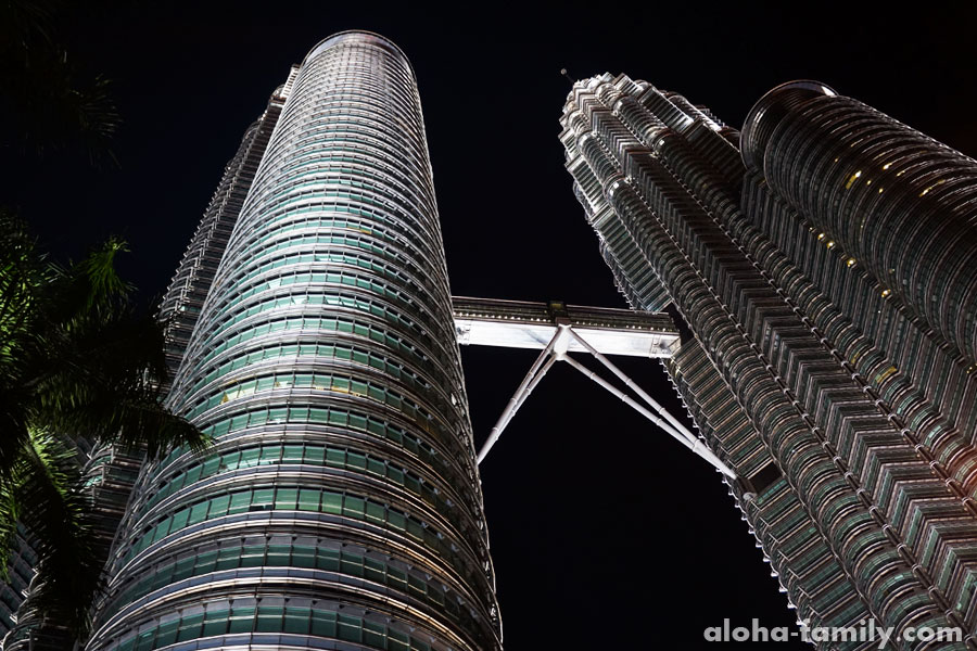 У подножия башен Petronas Twins