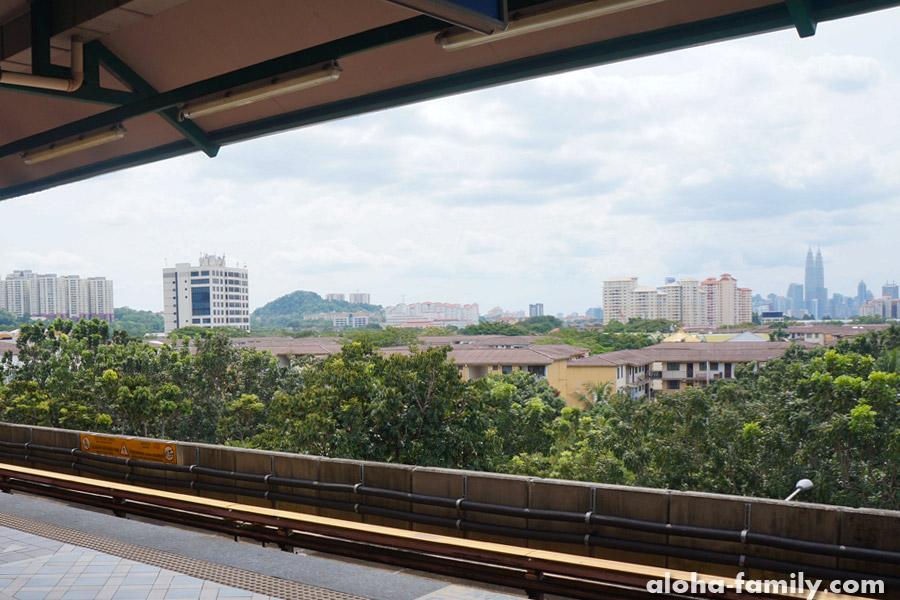 Вид на башни Petronas с наземной станции метро Wangsa Maju
