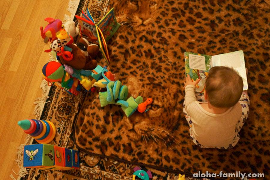 Трускавец, 12 декабря 2014 - опять же ребёнок читает - фото не постановочное))) Оливка обожает книги