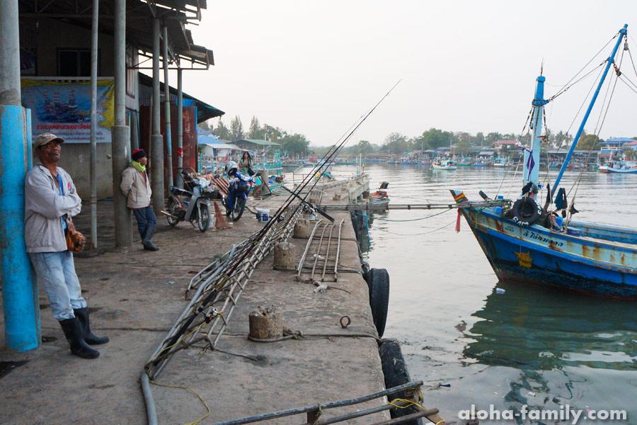 Рыбаки дежурят на пристани