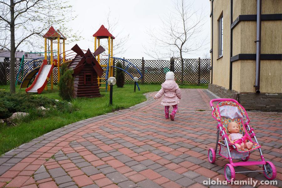 Любимые развлечения Оливки в Бердянске - игрушки, нюхать тюльпаны, рвать одуванчики, бегать по детской площадке