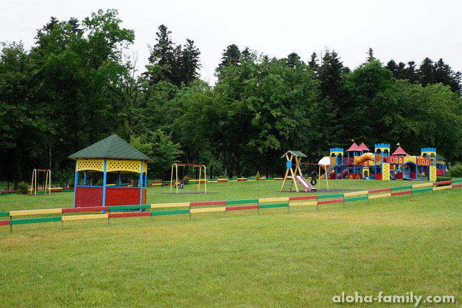 """Детская площадка возле отеля """"Риксос Прикарпаття 5*****"""" - такие площадки нужны по всему городу"""