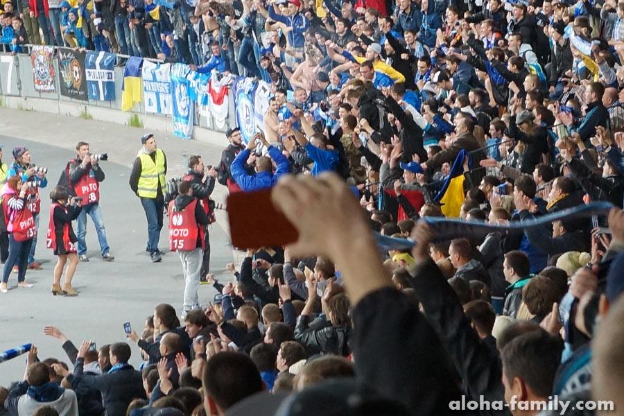 Футболисты обнимаются с фанатами после матча! Важная победа))
