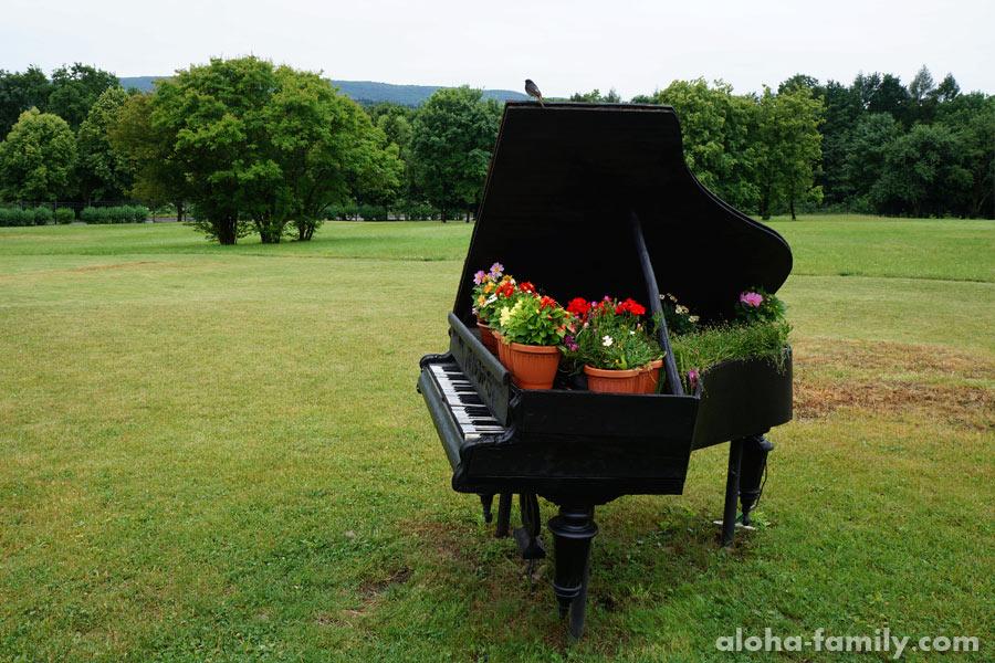 """Пианино возле ресторана """"Ё-МОЁ"""""""