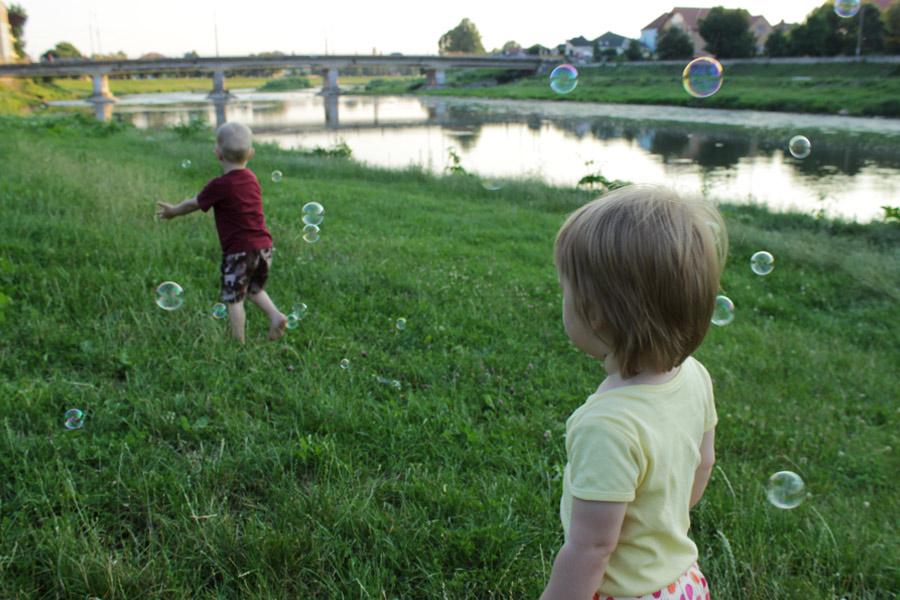 Оливка и Тимка на берегу реки в Мукачево
