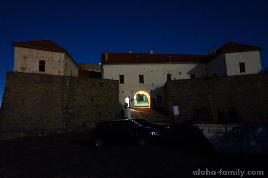 Парковка возле замка Паланок в лунном свете 23:17