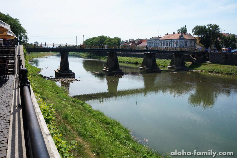 Ужгород достопримечательности: вид на пешеходный мост через речку Уж