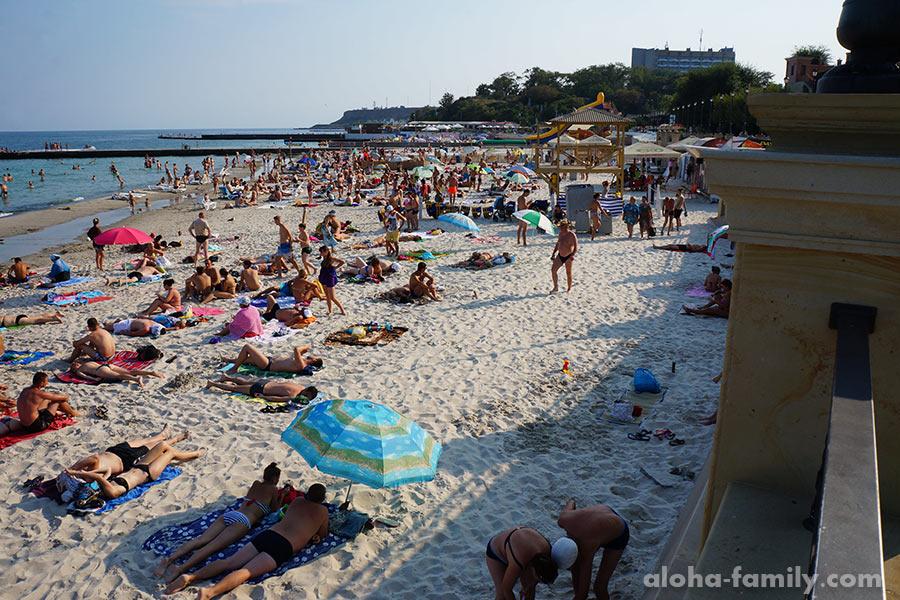 Это типа все уехали, как нам сказали? Песок белый, но весь в окурках, людей много, вода мутнее, чем на Чайке((