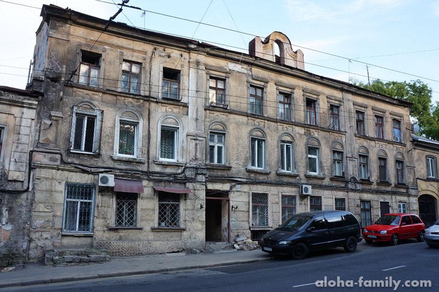 Трущобы Одессы - мы жили в окошке слева с кондиционером)) Это был песец!