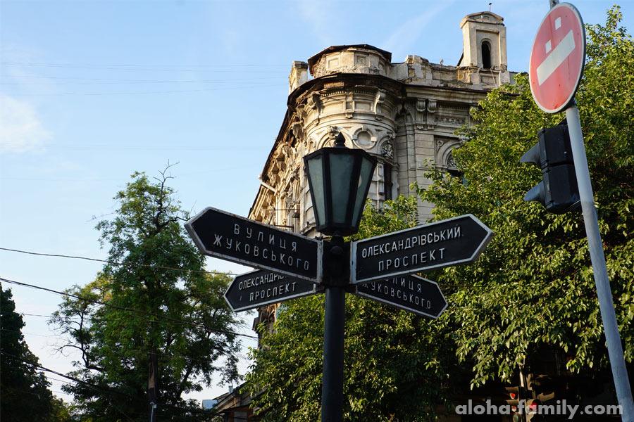 Уличные знаки помогают ориентироваться туристам