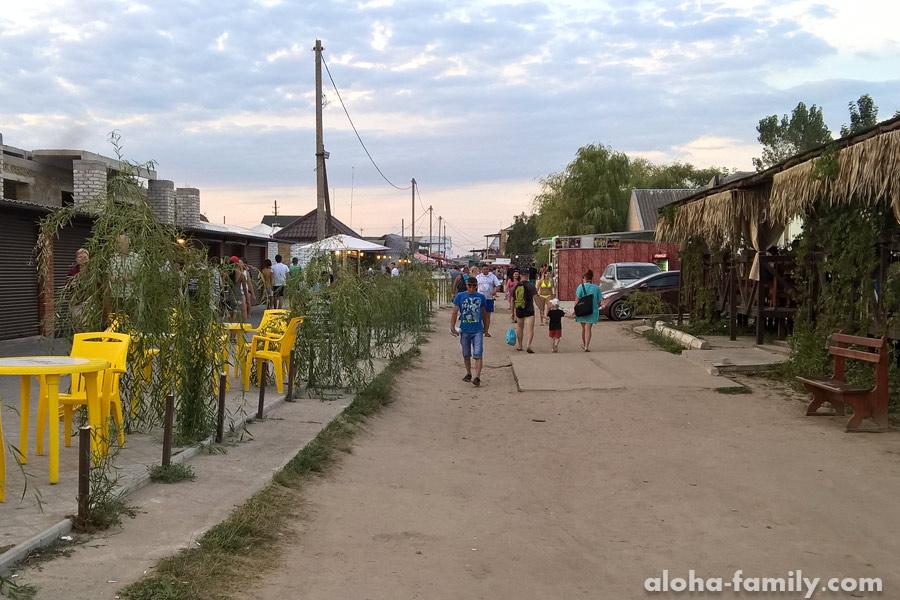 Дорога с пляжа мимо тиров и кафешек, зачастую в стиле 90-х))