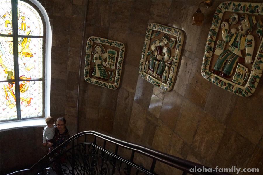 Лестницы тоже украшены