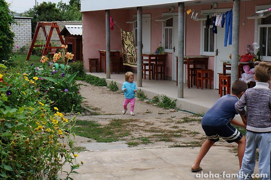 Оливия спешит лопать мыльные пузыри со своими маленькими дружками))