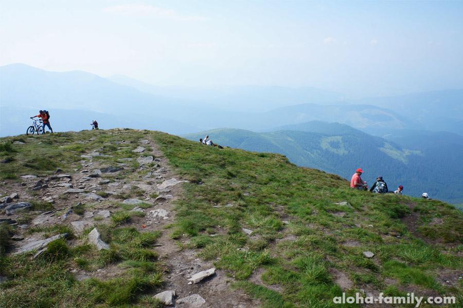 Это самая высокая вершина Карпат, и сюда забираются с велосипедами!