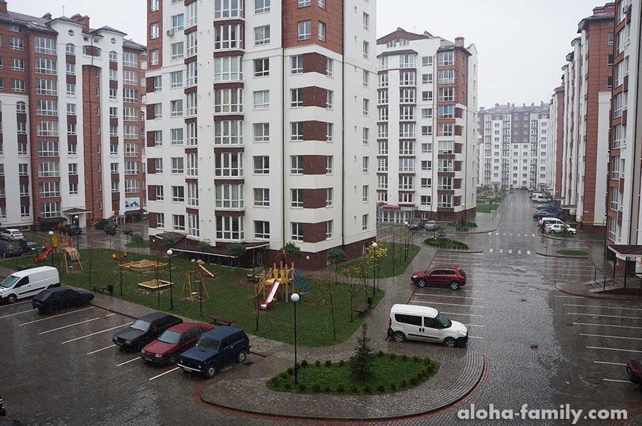 А это уже вид из другого окна - и не скажешь, что село))) Даже во время сильного дождя нет луж по колено и грязищи!