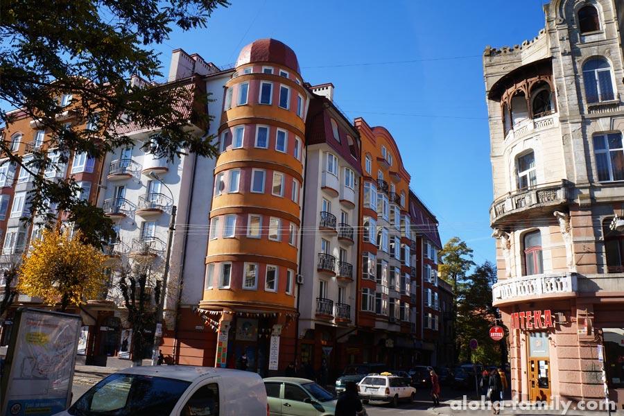 Ивано-франковск фото города: есть и старые, и новые здания, и застройка очень неоднородная
