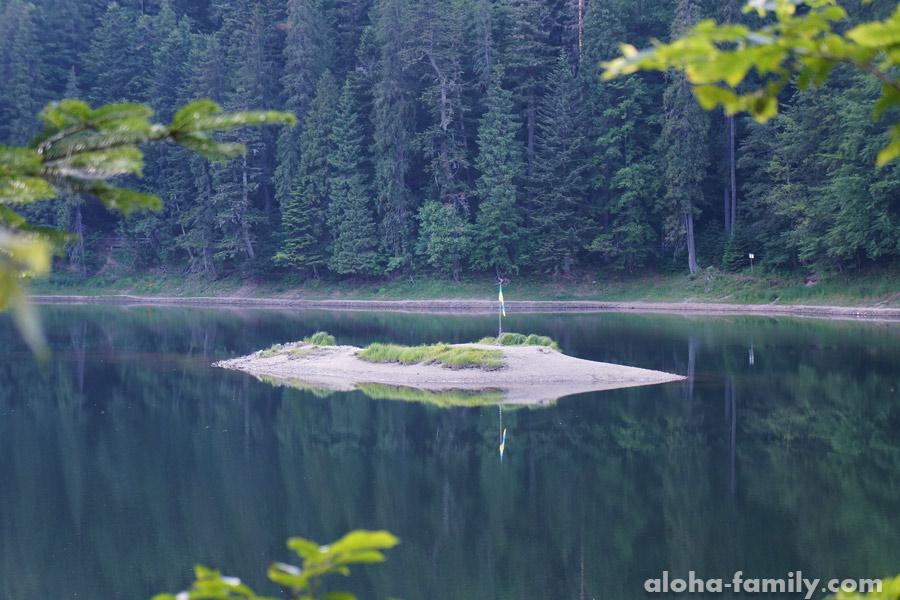 Островок в центре озера Синевир