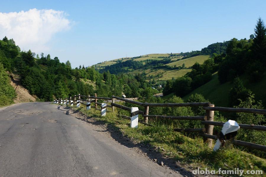 Забор между дорогой и обрывом иногда похож на самодельный