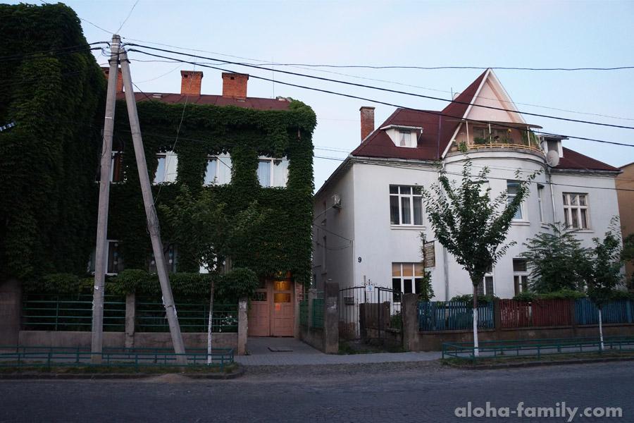 Один из мукачевских домов утопает в зелени