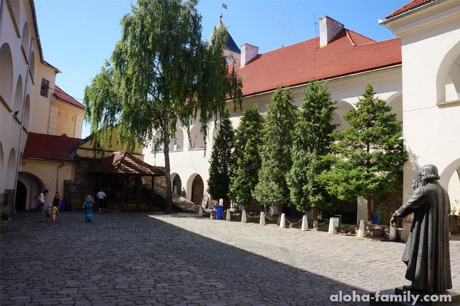 Двор замка Паланок