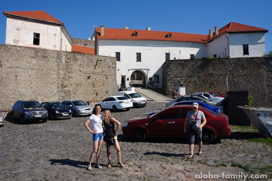 Лена, Наташа и Максим возле замка Паланок