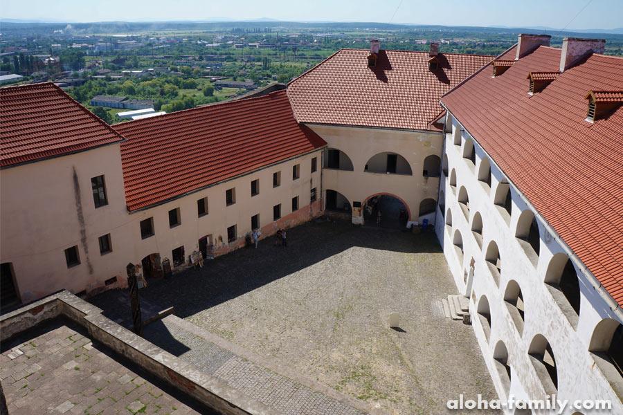 Замок Паланок в Мукачево, интересный ракурс на внутренний двор