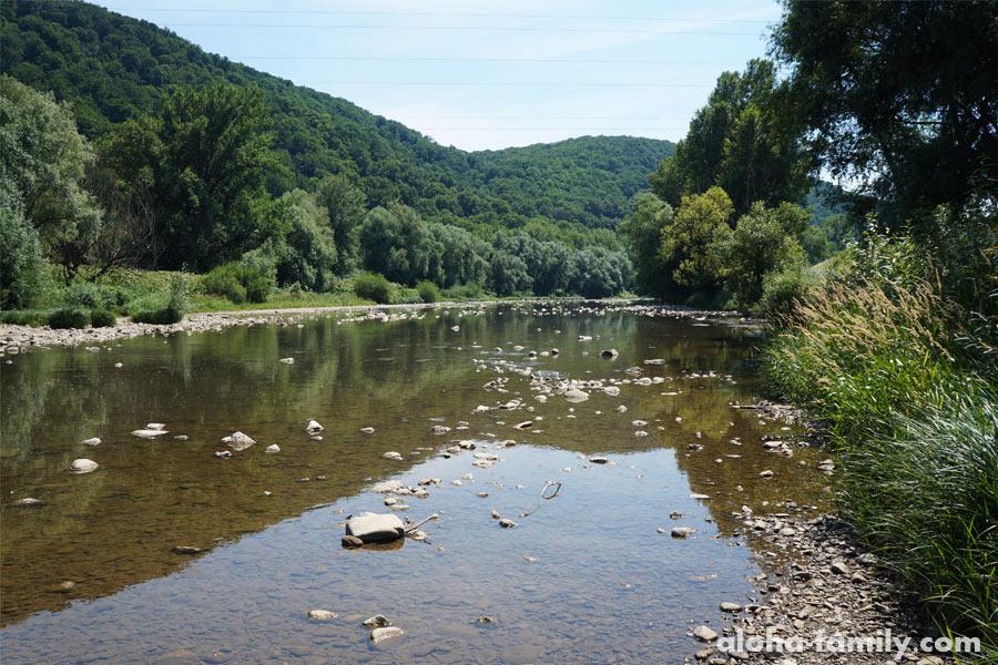 Река у подножия горы, на которой стоит Невицкий замок