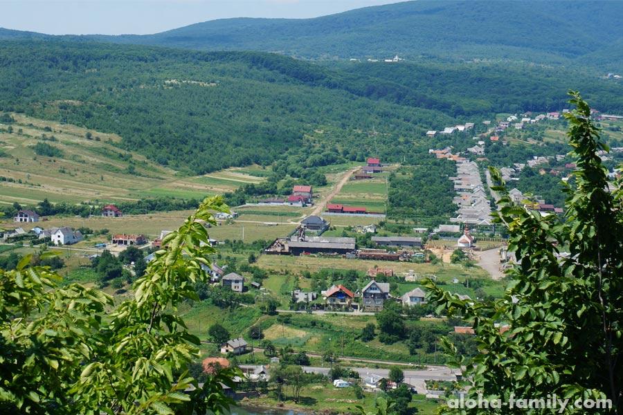 Вид с замка Невицкий: Село Невицкое, а за горой сразу Словакия
