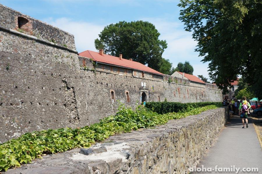 Шагаю с Оливией вдоль Ужгородского замка