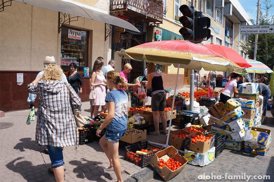 Уличная торговля фруктами и овощами в центре Ужгорода