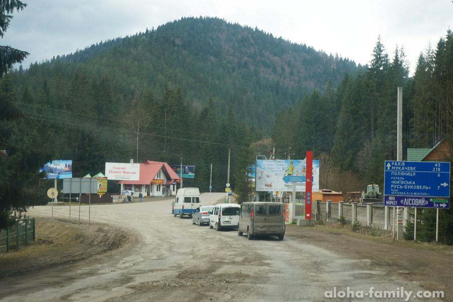 Самый плохой участок дороги из Киева в Буковель находится в селе Яблуница (март 2016)