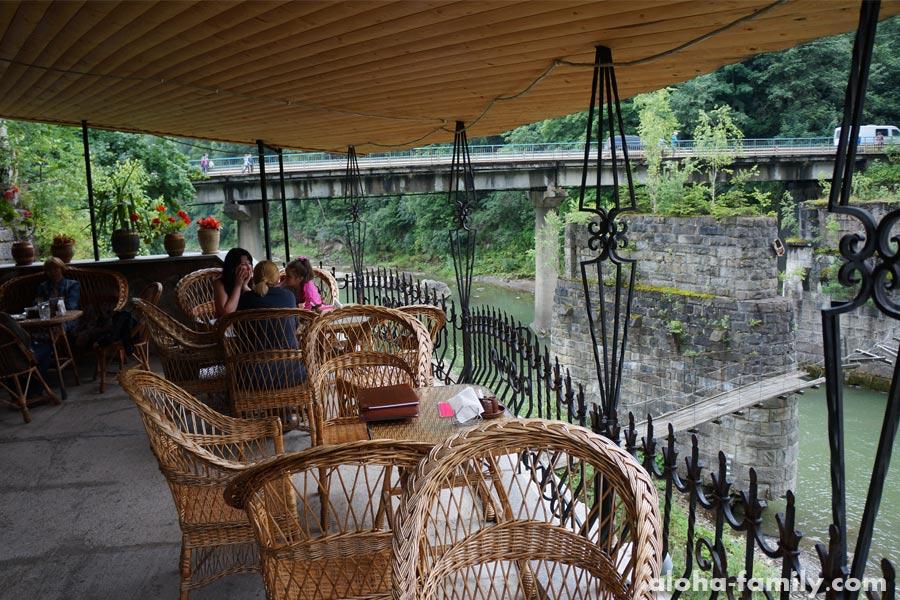 """Кафе """"Водоспад Пробій"""" и рядом старый мостик"""