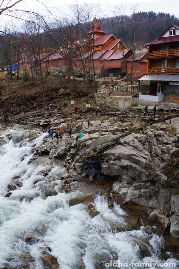 Водопад Пробий в Яремче, начало марта