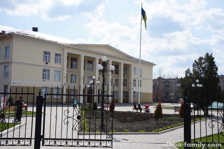Дворец культуры в Северодонецке - флаг Украины и долгожданный мир в городе