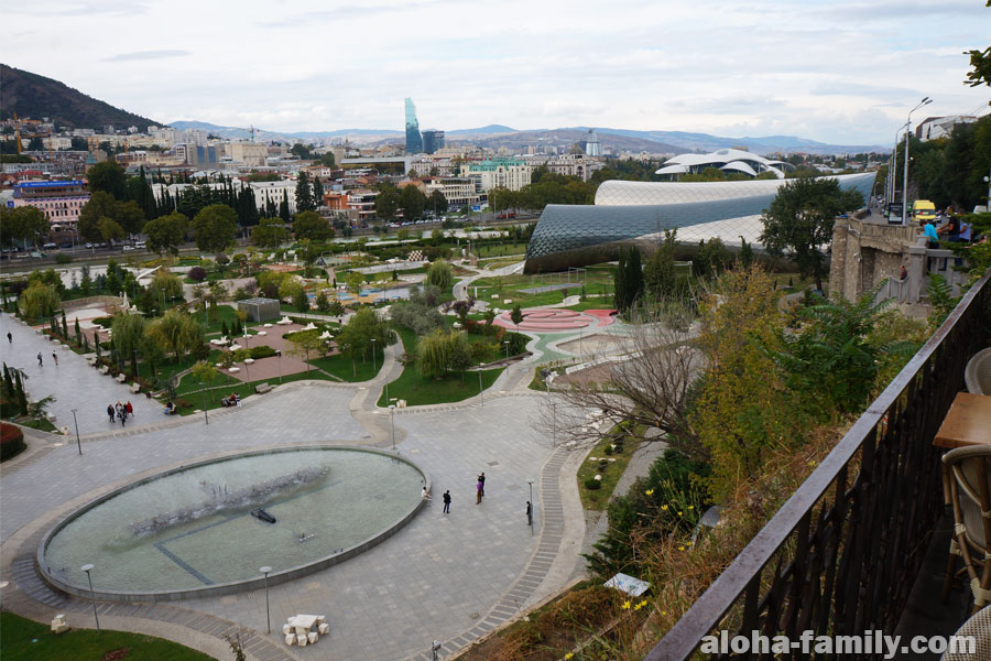 Вид на парк Рике в Тбилиси из Cafe Flowers