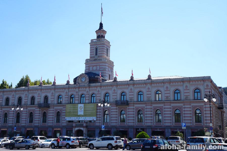 Городской Совет Тбилиси - в него упирается проспект Руставели