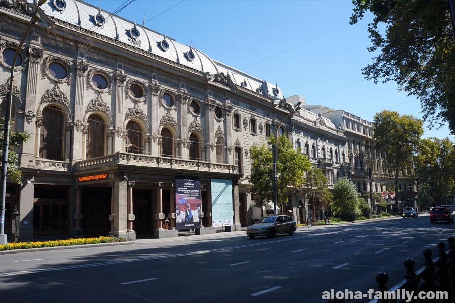 Некоторые места прямо очень красивые, например Театр имени Шота Руставели