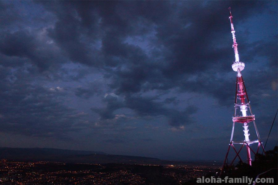 Телебашня Тбилиси стоит себе рядом