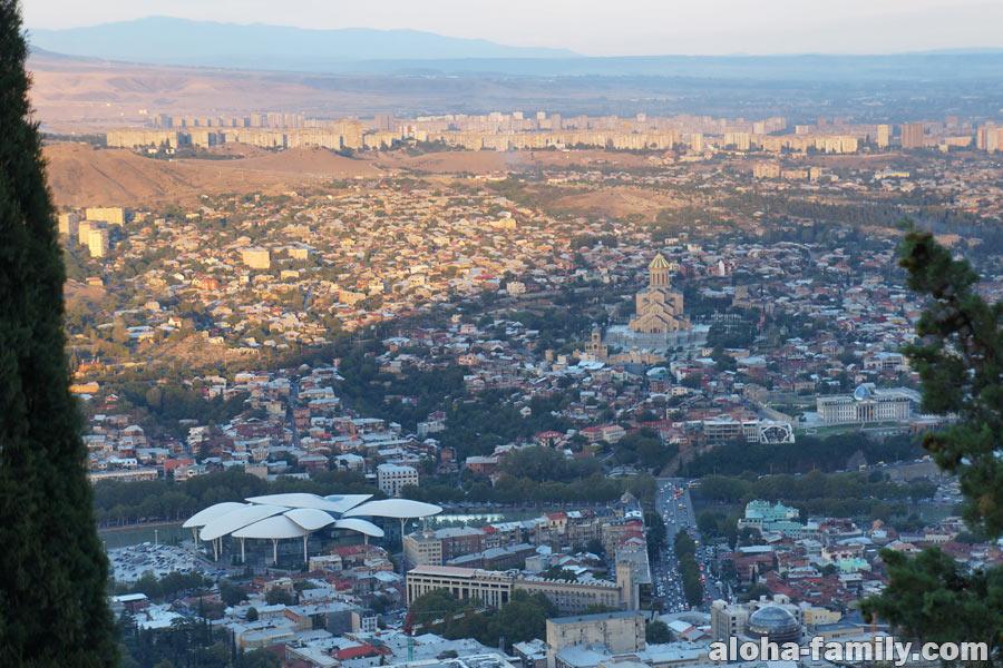 Вечерний Тбилиси с горы мы смотрели уже спустя 15 минут