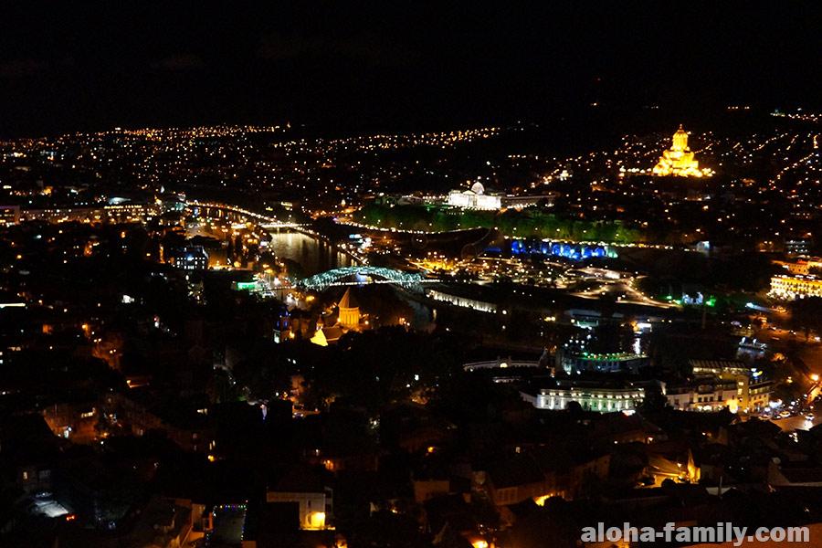 Крепость Нарикала ночью - вид на Тбилиси