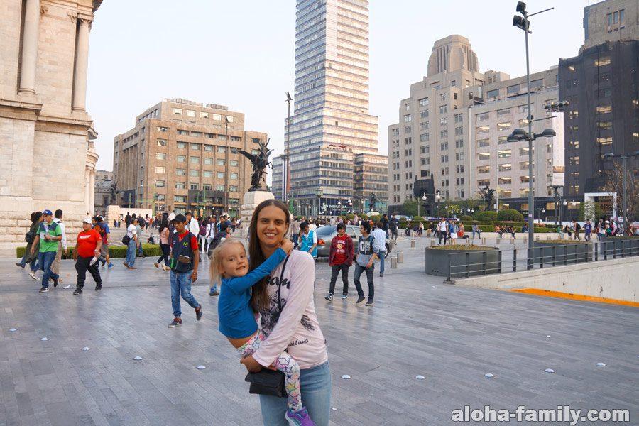 Дворец изящных искусств Bellas Artes в Мехико и площадь рядом с ним