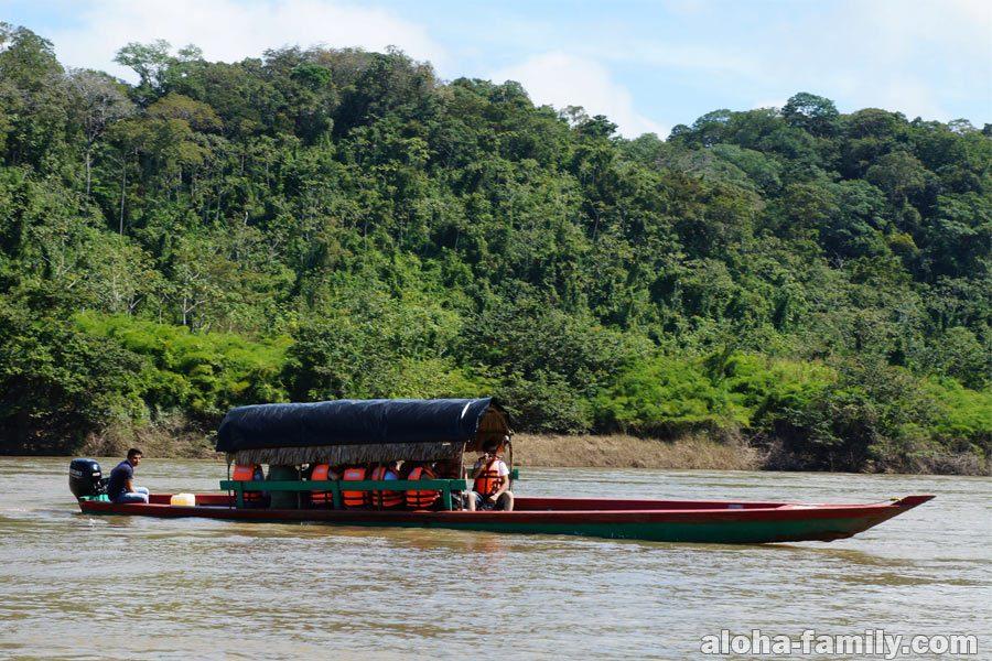 Берег Гватемалы и лодка по пути в затерянный город Яшчилан