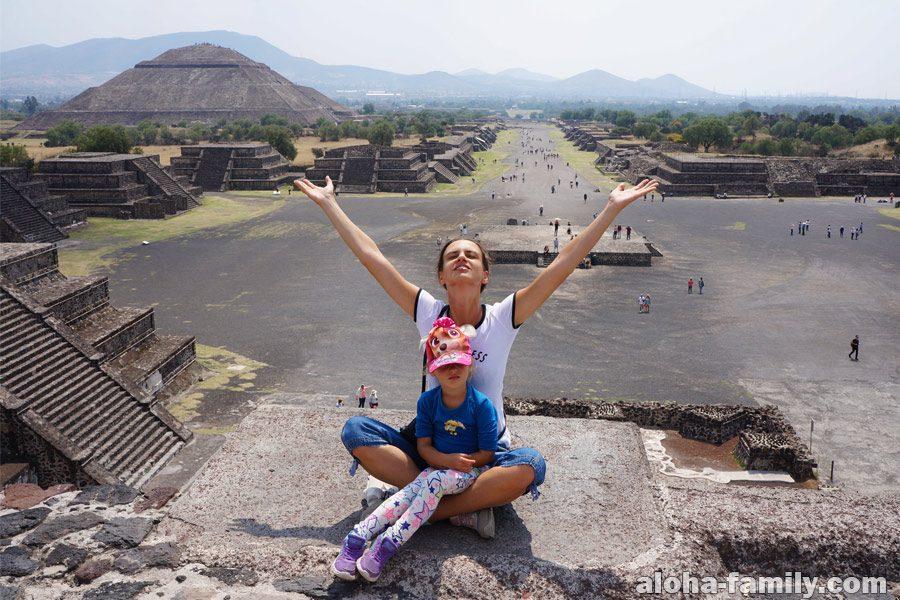 Теотиуакан, пирамида Луны и вид на дорогу мёртвых