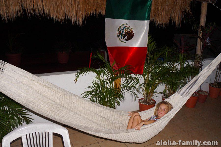 Наша девочка в гамаке под мексиканским флагом
